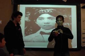 "Mursidan Amiruddin showing the ""Gasing Mandar"", a favorite game of Indonesian hero Soekarno, to students at Shuksan Middle School in Bellingham."